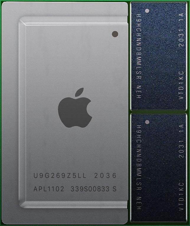 一片处理器芯片的照片,图中展示了一块设计精良的集成电路,封装的盖板上有苹果图标,还标记有 APL 1102 等字样